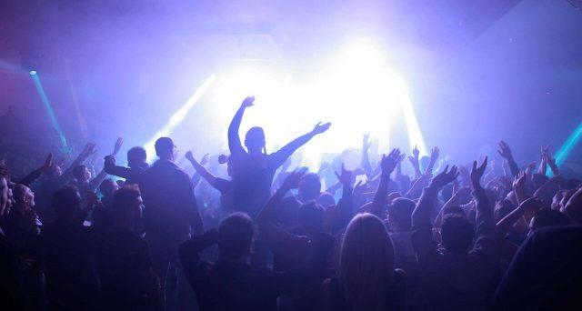 Locali da ballo chiusi o consentiti solo all'aperto, tra regole di distanziamento sociale e uso della mascherina da rispettare. Movida notturna ardua questo Ferragosto.