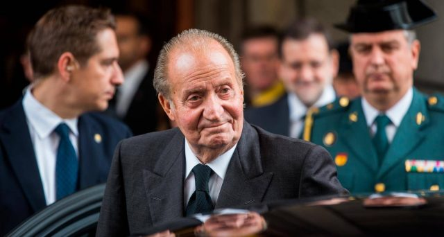 Il sovrano spagnolo, abdicato nel 2014, è accusato di avere intascato una mazzetta da 100 milioni di dollari per la costruzione di un'autostrada in Arabia Saudita. Polemiche sulla sua
