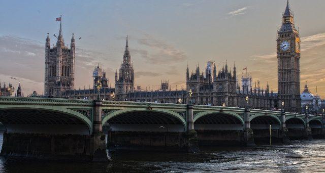 La variante inglese del covid fa paura, voli bloccati e timori per la Brexit