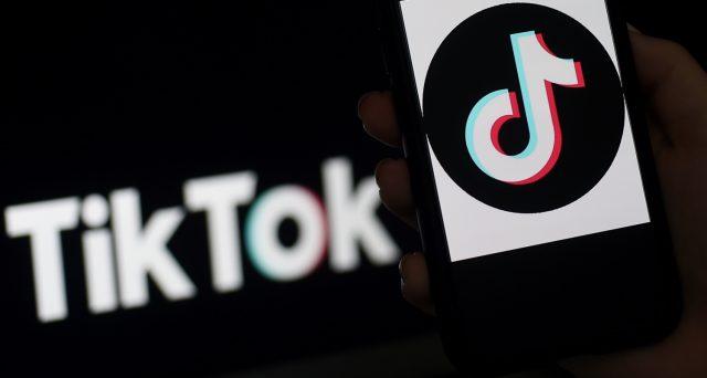 L'app popolarissima tra i giovani potrebbe essere acquistata dal colosso informatico americano e scampare così all'embargo dell'amministrazione Trump.