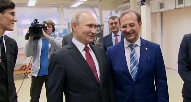 Pronto il vaccino anti-Covid in Russia, del quale sono state già ordinate un miliardo di dosi nel mondo. Manca la terza fase della sperimentazione. Volutamente provocatorio il nome