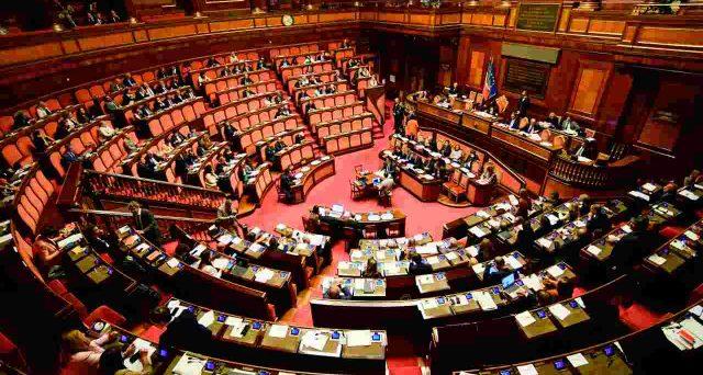 La riduzione del numero di deputati e senatori non è affatto detto che porterà a istituzioni più efficienti, anzi c'è il rischio che la qualità media dei rappresentanti diminuisca.
