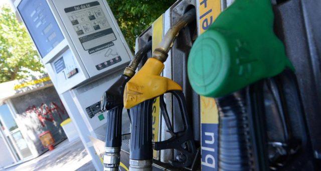 Il carburante costa meno e gli italiani risparmiano