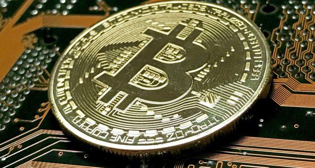 Il prezzo dell'oro risale ai massimi da febbraio, ma la concorrenza di Bitcoin lo tiene basso