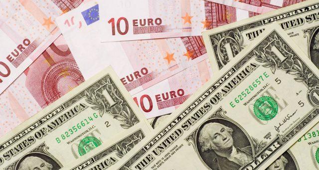 Cambio euro-dollaro sempre più giù