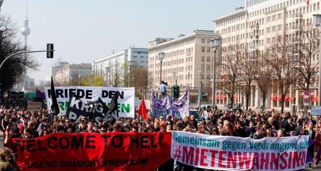 La protesta dei berlinesi contro il caro affitti