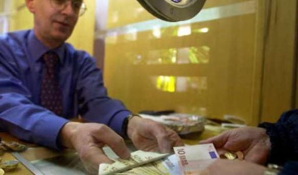 In questi giorni arrivano ai pensionati le lettere dell'Inps che informa sulle nuove modalità di erogazione dei trattamenti pensionistici che superino la soglia di mille euro. Il DL semplificazione ha poi prorogato al 1° maggio prossimo, la scadenza dei pagamenti in contanti.