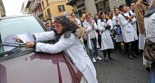 La protesta di questa mattina dei dottorandi in medicina: Trattateci come sanitari, non come cessi