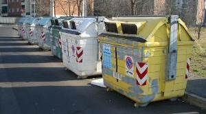 La tassa sui rifiuti, che viene imposta ai cittadini per pagare la raccolta e lo smaltimento dei rifiuti in Italia, ha assunto, nel corso degli anni, diversi nomi tra cui ricordiamo TARI, TIA, TARSU, TARES. La tassa sui rifiuti è una di quelle che compongono la IUC, Imposta Unica Comunale, insieme a IMU e TASI.