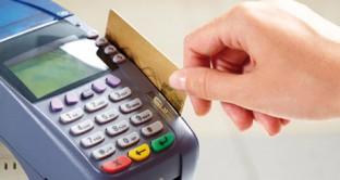 Pagamento in contanti o pagamento con la carta di credito? Sempre meno rischioso l'utilizzo di queste ultime. Italiani  convertiti, dolenti o nolenti, alle carte di pagamento