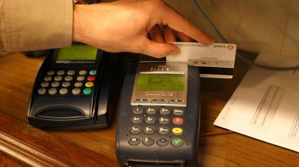 Pagamento bancomat obbligatorio da accettare per i venditori per acquisti sopra i 50 euro dal 1 luglio 2013. L'indiscrezione nella bozza del decreto crescita