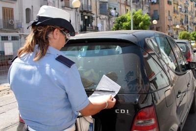 Pagamento multa. Il Ministero dell'Interno in una nota chiarisce come l'automobilista che riceve una multa anche superiore ai 1000 euro, può procedere al pagamento in contanti
