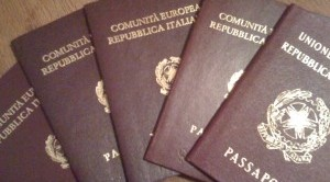 Dal 27 ottobre 2014 è possibile scegliere di ricevere il passaporto a casa o in ufficio senza recarti a ritirarlo in Questura: Poste Italiane tramite Posta Assicurata consegnerà il passaporto in tutta Italia all'indirizzo indicato sulla richiesta.