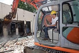 Imprenditore siciliano sfonda parte del muro dell'azienda finita all'asta di fronte all'ufficiale giudiziario
