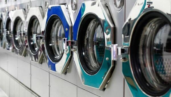 Obbligo divisa a lavoro: tutto quello che c'è da sapere su acquisto, lavaggio e tempo per il cambio. Chi deve pagare?
