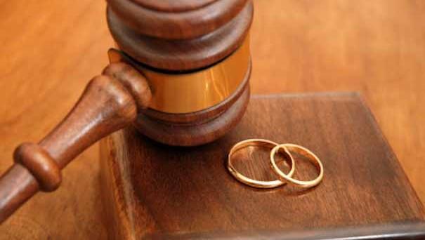 Il divorzio è lo scioglimento del matrimonio e pone fine all'unione matrimoniale mentre la separazione personale dei coniugi non costituisce materia giuridica ma ha valore di legge quando è riconosciuta dal giudice.