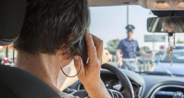 Multa per uso del cellulare alla guida? Una sentenza di Perugia potrebbe creare un precedente storico per i ricorsi degli automobilisti pizzicati a parlare al telefono al volante