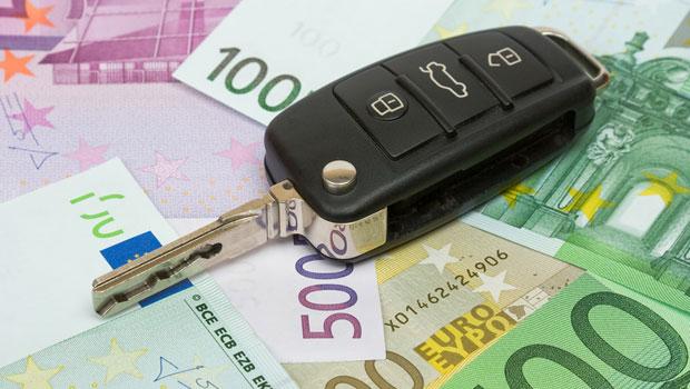 chiavi dell'automobile sopra le banconote in auto