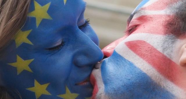 """Il popolo vuole l' Anti-Brexit , dopo shock per la vittoria degli euroscettici il popolo di """"Remain"""" si riunisce e lancia una petizione per tenere un secondo referendum sull'Unione europea che in poche ore ha superato i 2 milioni di firme."""