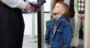Vacanze con i bambini: ecco come si richiede il passaporto per minori, quali sono i tempi e i documenti che servono