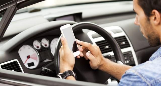 Attenzione a postare sui social network selfie o video mentre guidate: potreste ricevere una multa per violazione del codice della strada.