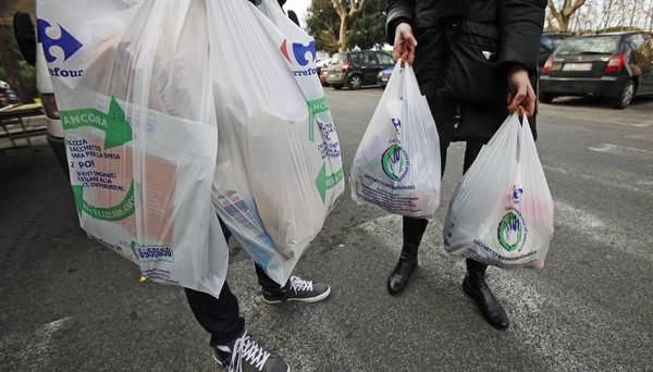 Un emendamento alla manovra 2020 prevede la riduzione della plastic tax. Consumatori e industriali infuriati. Come funziona la tassa sulla plastica negli altri Paesi Ue.