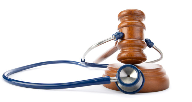 Danno da errore medico, come stabilirlo? Se la responsabilità è del medico come fare causa? quali sono i tempi per intervenire? ecco una breve guida di cosa fare in questi casi.