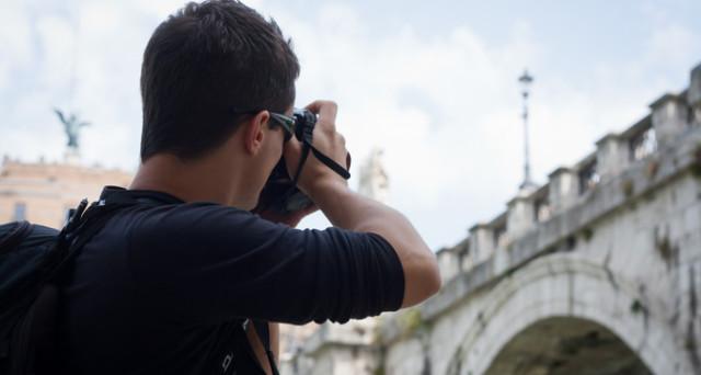 Fotografare una persona senza il suo consenso: quando è reato? - InvestireOggi.it