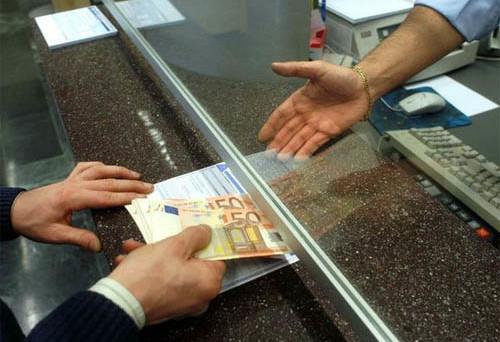 Prelievi in banca, come evitare i controlli del Fisco e come essere in regola