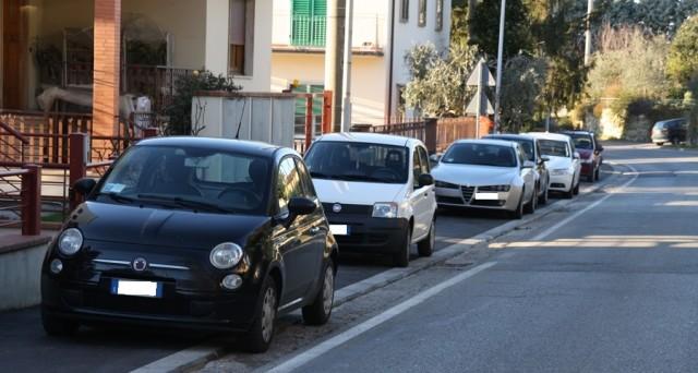 Parcheggio su marciapiede, quando si può e la multa è