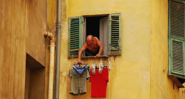 Stendere i panni fuori dal balcone quando legittimo for Fili per stendere