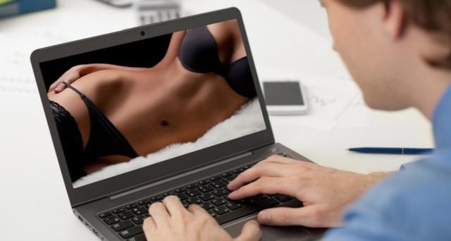 Vedere Film porno sul posto di lavoro è possibile? Si rischia il licenziamento? Lo chiarisce una sentenza della Corte di Cassazione.