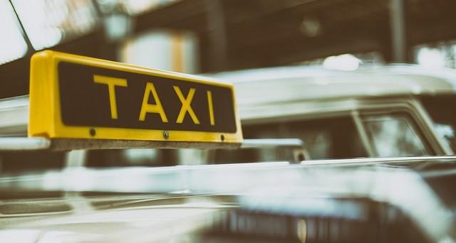 Sciopero taxi dopo emendamento al dl Milleproroghe: proteste in piazza per i tassisti e intanto Uber triplica le tariffe.