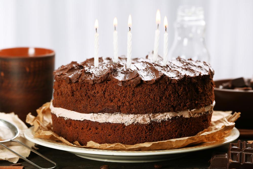 Torta di compleanno: si può portare al ristorante o il proprietario può rifiutare o far pagare il servizio di taglio? - InvestireOggi.it