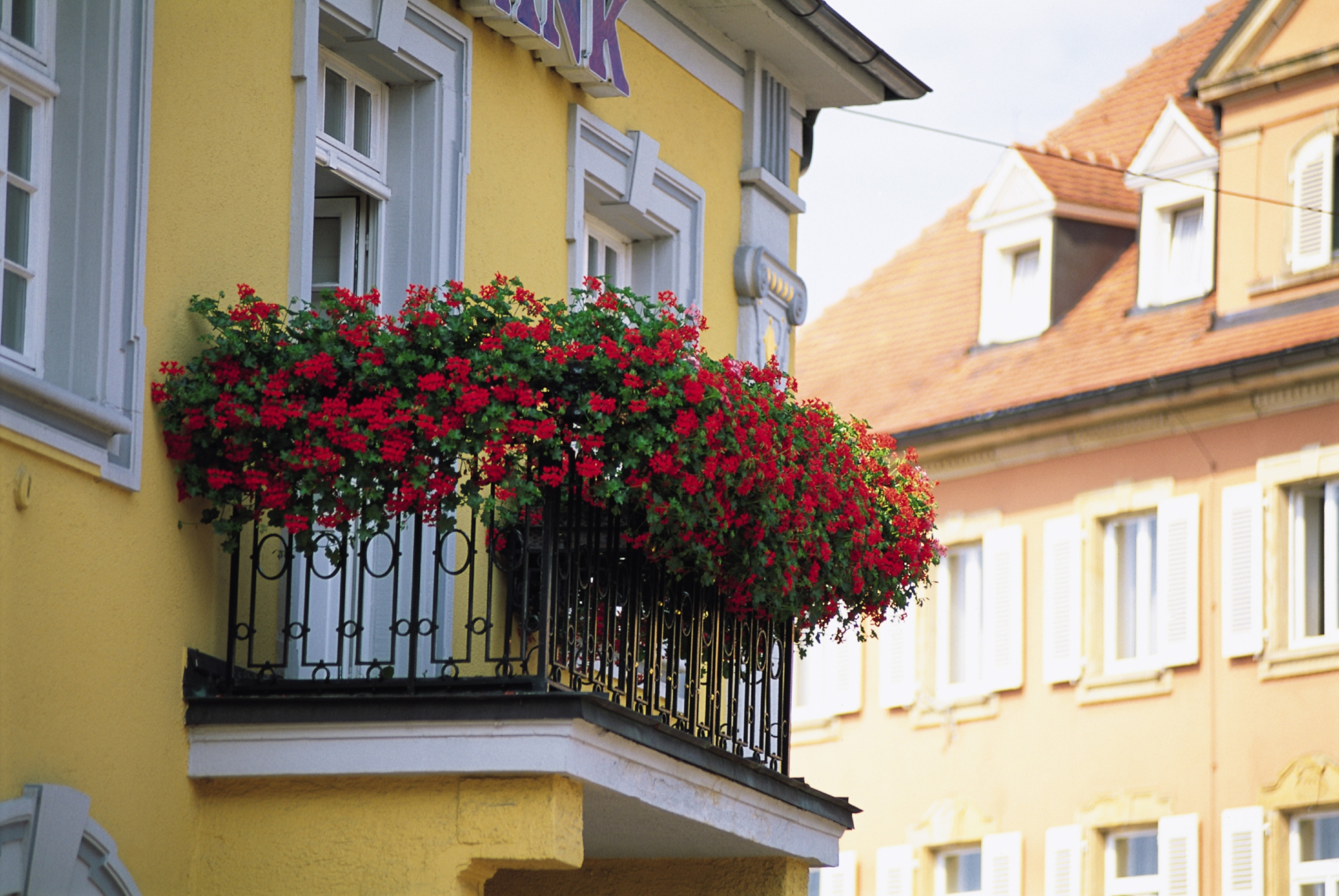 Balcone con fiori az08 regardsdefemmes for Arredare balconi piccoli