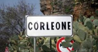 La figlia di Riina e il marito sostengono di essere nullatenenti e chiedono il bonus bebè ma il Comune di Corleone glielo nega. Scoppia il caso