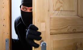 Se state partendo per le vacanze non ditelo sui social, i ladri stanno su Facebook, monitorano le vostre date, sono in agguato pronti a svaligiare gli appartamenti.