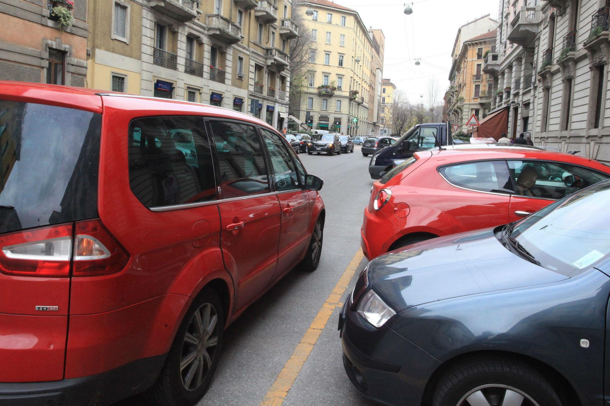 Multe macchine in doppia fila anche con le telecamere - Parcheggiano davanti casa cosa si puo fare ...