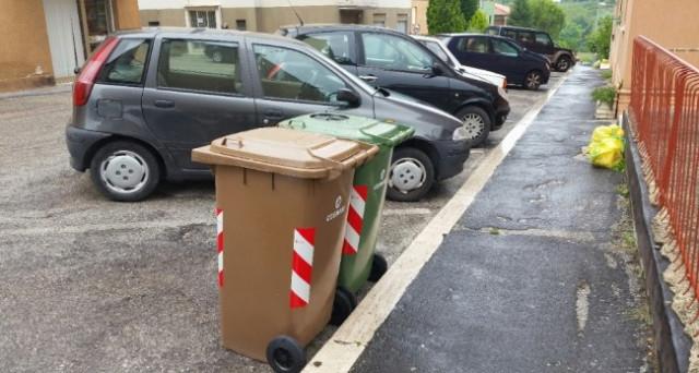 Cassonetti rifiuti sotto casa: è possibile fare un reclamo per farli spostare? Chi decide la posizione dei cassonetti?