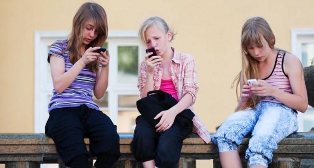Pronti a riniziare la scuola? Ecco la novità sull'uso del cellulare in classe: il professore può sequestrarlo durante la lezione?
