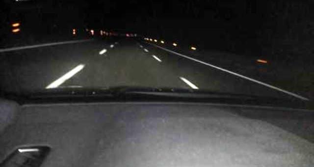 Cosa prevede il Codice della Strada in merito alla guida notturna in autostrada? Regole su abbaglianti e soste per evitare multe nelle partenze intelligenti di notte.
