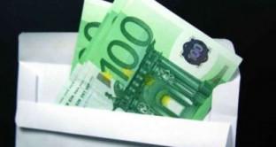 Ai dipendenti pubblici è fatto divieto di accettare doni e regali di importo elevato in attuazione della legge anticorruzione.