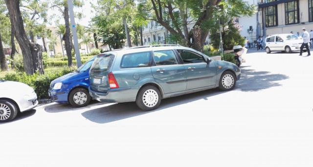 Chi parcheggia la macchina in doppia fila non rischia solo la multa: gli effetti a catena potrebbero portare a far chiudere un'azienda. Ecco la teoria che fa riflettere sulla dis-educazione civica.