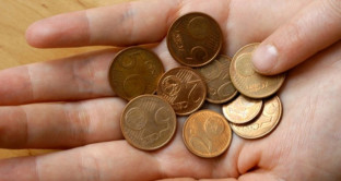 monetine-mano-centesimi-carita-caritas-poverta-2