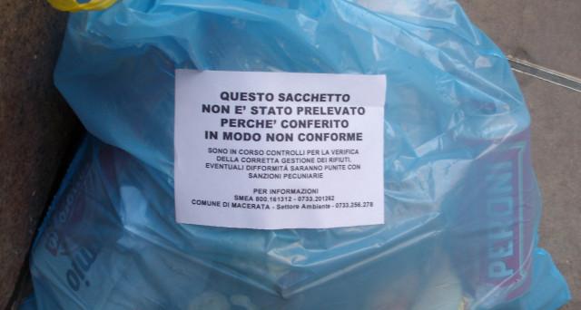 Sacchetti spazzatura non ritirati: come scoprono chi ha sbagliato la raccolta.