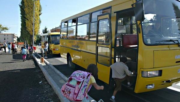 Il Miur è responsabile anche degli incidenti che si verificano fuori della scuola agli alunni che devono prendere lo scuolabus: la vigilanza deve continuare anche al di fuori dei locali scolastici fino a quando non la si affida al personale di trasporto.
