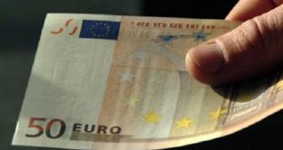 50 euro falsi: finti agenti chiedono di controllare le banconote ma mettono in atto la truffa. Ecco come funziona e come difendersi.