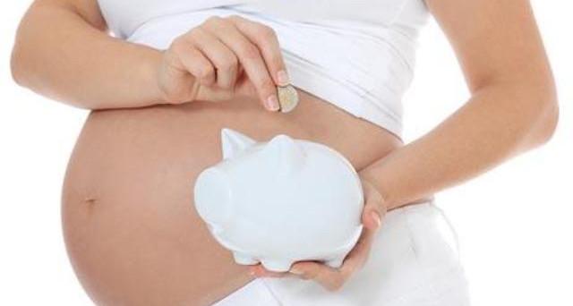 Ha un figlio all'estero con inseminazione eterologa: perde il diritto al bonus bebè? Il caso.