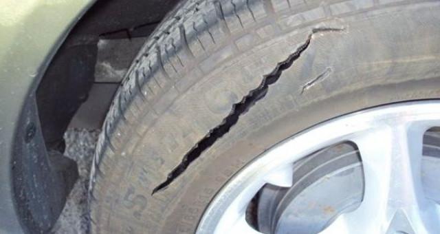 Gomma auto bucata da vandali, cosa fare? L'assicurazione RC auto risarcisce questi danni? | La Redazione risponde.