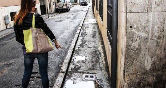 Stretta sul risarcimento danni per caduta su buca in strada accidentata: se si abita o si lavora lì vicino potrebbe essere negato il rimborso. Ecco perché.